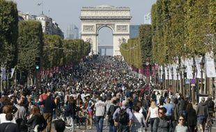 """Des promeneurs et des cyclistes sur les Champs-Elysées pour la première """"journée sans voiture"""" à Paris le 27 septembre 2015"""