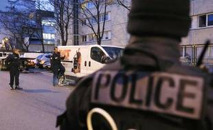 Des agents de police préparent l'enlèvement d'une camionnette à  Clichy-la-Garenne (Hauts-de-Seine) dans laquelle ont été  retrouvés le cadavre d'une femme et des ossements dans deux valises, le 4 décembre 2012.