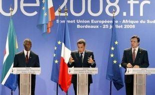 """L'Union européenne a apporté, vendredi à Bordeaux, son soutien à l'Afrique du Sud dans sa médiation """"courageuse"""" au Zimbabwe, """"seule voie possible dans l'immédiat"""" pour sortir le pays de la crise dans laquelle il est plongé depuis la réélection controversée de Robert Mugabe."""