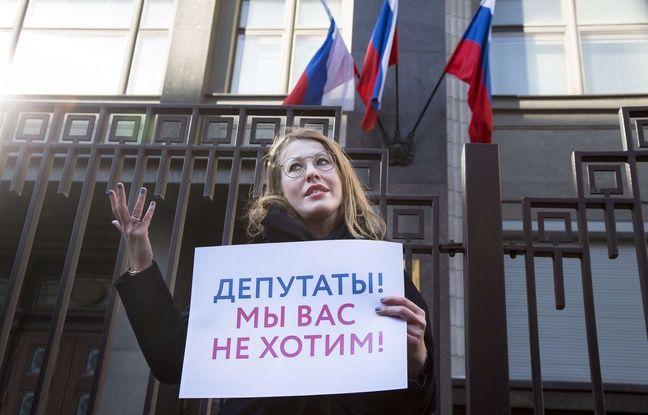 Ksenia Sobtchak devant la Douma le 8 mars 2018, avec une pancarte