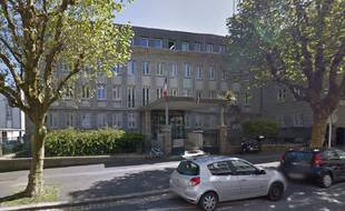 La femme s'est garée devant les grilles du commissariat central de Brest, rue Colbert.