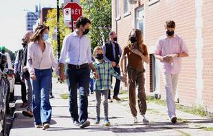 Le chef libéral Justin Trudeau arrive en famille pour voter lors des élections générales, à Montréal, le lundi 20 septembre 2021.