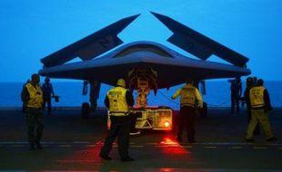 Le X-47B, un prototype de drone furtif d'une portée de près de 4.000 kilomètres, a décollé mardi avec succès d'un porte-avions, une première mondiale susceptible de révolutionner l'aviation embarquée, a annoncé la Marine américaine.