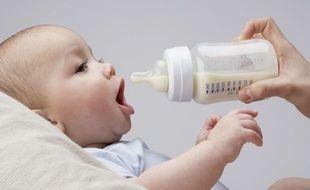 Un bébé boit un biberon. Photo d'illustration.