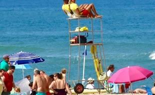 Maîtres nageurs-sauveteurs (mns), sur la plage de Soulac (Gironde, Nouvelle-Aquitaine). Océan Atlantique.
