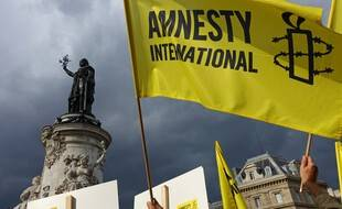 Un drapeau d'Amnesty international lors d'une manifestation place de la République à Paris. (archives)