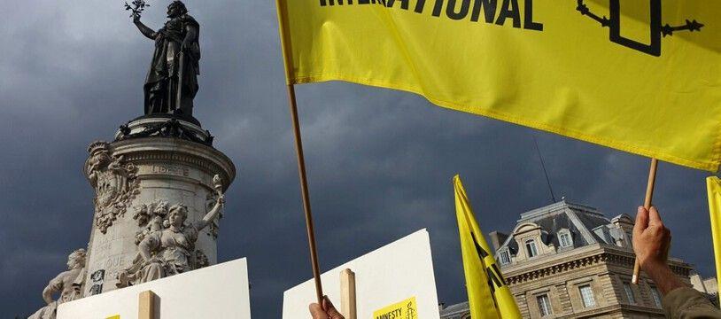 Un drapeau d'Amnesty international lors d'une manifestation place de la République à Paris. (archives)