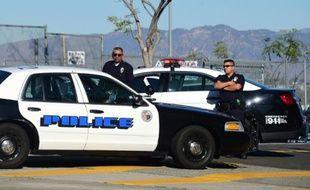 Des officiers de police près de leurs voitures à Los Angeles le 15 décembre 2015