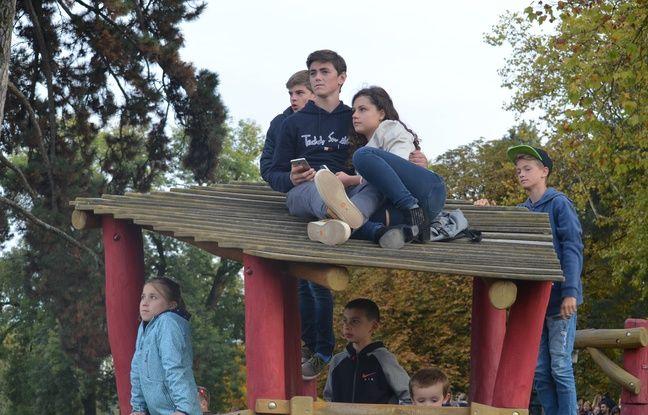 Des ados ont pris place samedi dans un endroit improbable, au milieu du parc pour enfants, afin d'assister au mieux au Sosh Big Air.