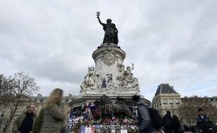 Des hommages aux victimes des attentats laissés place de République, le 24 décembre 2015