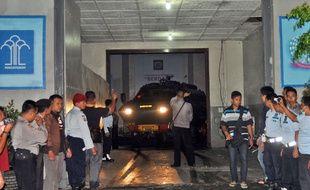 Le 24 avril 2015, un convoi de police transporte la Philippine condamnée à mort pour trafic de drogue en Indonésie.