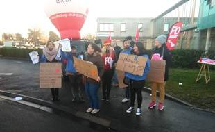 Manifestation à l'appel de FO devant la clinique SOS Mains de Lesquin.
