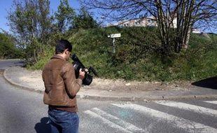 Un cameraman filme l'endroit le 19 avril 2015 à Villejuif, où a été retrouvé le corps d'une femme qui présentait des impacts de balles