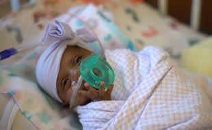 L'hôpital Sharp Mary Birch de San Diego a annoncé que Saybie est rentrée chez elle mi-mai, après cinq mois passés aux soins intensifs. La fillette née à seulement 23 semaines et trois jours pesait seulement 245 grammes.