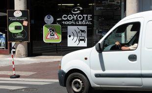 Un conducteur passe, le 17 mai 2011 à Toulouse, devant un magasin commercialisant du matériels électroniques pour automobiles, dont l'avertisseur de radars Coyote. Les trois principaux fabricants français d'avertisseurs de radars ont condamné le 12 mai dernier la décision