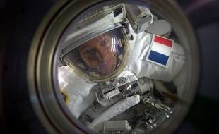 Thomas Pesquet dans le sas de la station spatial internationale (ISS) juste avant sa sortie extra-véhiculaire.