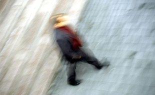 Illustration d'un homme marchant dans la rue.