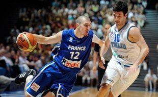 L'arrière international français de Valence, Nando De Colo, s'est engagé pour deux ans avec le club NBA des San Antonio Spurs, où il évoluera aux côtés de deux autres français, Tony Parker et Boris Diaw, a-t-on appris mardi sur le site du club espagnol.