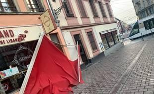 Le auvent d'un commerce du centre ville arraché par le vent dans la nuit du 10 février à Strasbourg.