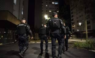 Des gendarmes patrouille dans le quartier mistral à Grenoble, où des dealers se sont filmés armés,  mercredi 26 août.