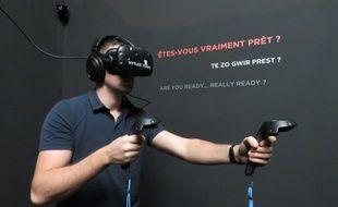 Le joueur est équipé d'un casque de réalité virtuelle, d'un casque audio et de deux joysticks.