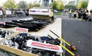 Un rouleau compresseur aécrasé symboliquement des centaines de pièces auto contrefaites sur le parking d'Audencia, hier.