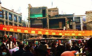 Devant une caserne, à Lhassa: «Célébrons chaleureusement le 50e anniversaire de la révolution démocratique  du Tibet».