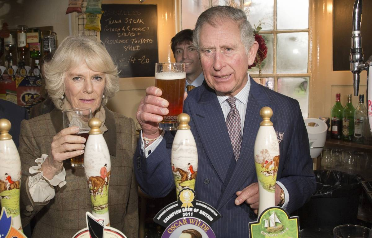 Le Prince Charles dans un pub, en janvier 2014. – ARTHUR EDWARDS / AFP