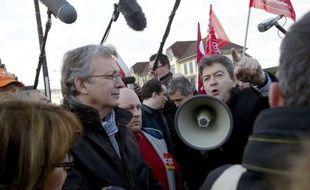 A la rencontre des syndicalistes de Peugeot et d'Alstom en Franche-Comté mardi, Jean-Luc Mélenchon, candidat du Front de gauche (FG) à la présidentielle, a une nouvelle fois concentré ses attaques sur le Front national, avec en prime quelques piques à François Hollande.