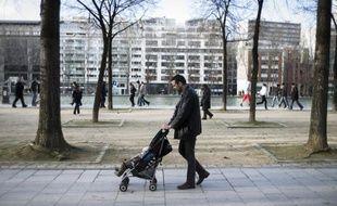 François Hollande, en proposant de réduire les allocations familiales pour les ménages les plus aisés, a ouvert une brèche dans le principe d'universalité de la politique familiale de la France, souvent citée en exemple, au grand dam des associations familiales qui craignent d'autres mesures d'économies à l'avenir.