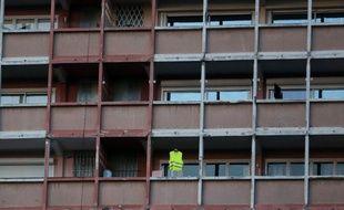 Un gilet jaune suspendu sur un balcon, le 9 février 2019, à Toulouse.