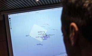 Les garde-côtes italiens scrutent la Méditerranéeà la recherche du bateau qui a coulé le 19 avril 2015.
