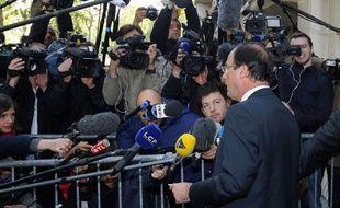François Hollande répond aux journalistes à son arrivée dans son QG parisien, au lendemain de sa victoire à l'élection présidentielle.