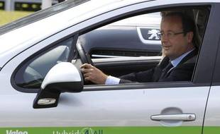 François Hollande en visite chez le constructeur automobile Valéo le 27 juillet 2012.