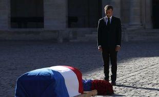 Emmanuel Macron se recueille devant le cercueil de Charles Aznavour le 5 octobre 2018 aux Invalides (Paris) lors de l'hommage national