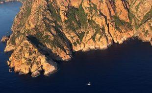 La photo aérienne prise le 2 septembre 2013 montre le cap Senino au sud de la réserve naturelle de Scandola sur l'île française de Corse, en Méditerranée.