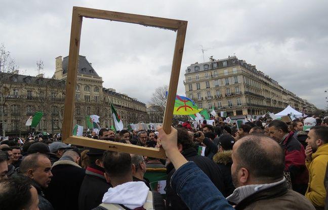 Cyndi, une Franco-Algérienne de 25 ans, promène un cadre pour faire un pied de nez à Bouteflika, que les Algériens ne voient plus qu'en photo depuis en AVC en 2013.
