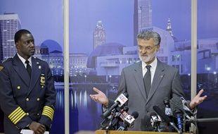 Le maire de Cleveland, Frank Jackson, aux côtés du chef de la police de la ville, Calvin Williams (à gauche), le 24 novembre 2014.