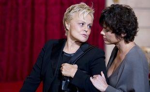 Muriel Robin et sa compagne, Anne Le Nen, à la cérémonie de remise de la médaille de Grand officier de la Légion d'honneur à Line Renaud, à l'Elysée, en novembre 2013.