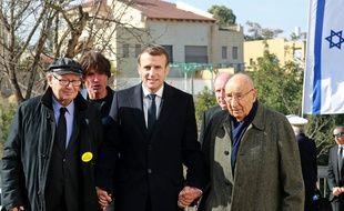 Emmanuel Macron avec l'ancien chasseur de nazis, Serge Klarsfeld, et le survivant de l'Holocauste, Raphael Esrail à Jérusalem, le 23 janvier 2020.)