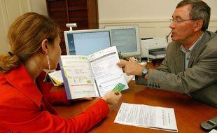 Illustration d'une consultation médicale entre un médecin et une patiente.