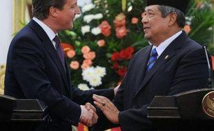 Le Premier ministre britannique David Cameron est arrivé mercredi en Indonésie, dans l'espoir de tirer profit du dynamisme de la première économie d'Asie du Sud-Est, avec notamment la signature d'un contrat de 2,5 milliards de dollars pour l'avionneur européen Airbus.