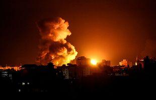 Le feu et la fumée s'élèvent au-dessus des bâtiments de la ville de Gaza alors que les avions de combat israéliens ciblent l'enclave palestinienne, tôt le 17 mai 2021.