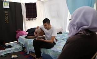 Des réfugiés syriens dans une tente, le 20 janvier 2015 à Kokkinotrimithia à Chypre
