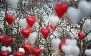 Des ballons en forme de coeur sont lâchés sur les Champs Elysees à Paris,le 14 février 2010.
