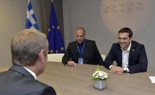 Le Premier ministre grec Alexis Tsipras (D) et son ministre des Finances Yanis Varoufakis (C) accueillis par le président du Conseil européen, Donald Dusk le 22 juin 2015 à Bruxelles