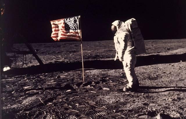 Pourquoi la théorie du complot a-t-elle été aussi populaire sur l'homme sur la lune ? 640x410_photo-prise-astronaute-neil-armstrong-collegue-edwin-e-buzz-aldrin-jr-pose-cote-drapeau-americain-deploye-lune-lors-mission-apollo-11