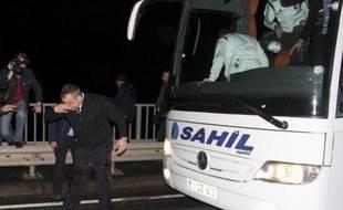 Le chauffeur du bus transportant l'équipe de Fenerbahçe, blessé par des coups de feu à Trabzon, dans le nord-est de la Turquie, le 4 avril 2015