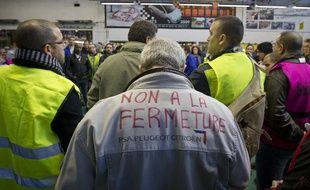 Des salariés de PSA manifestent dans l'usine de construction automobile à Aulnay-sous-Bois le 16 janvier 2013.