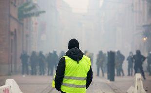 Un «gilet jaune» face aux forces de l'ordre à Toulouse, le 29 décembre 2018.
